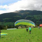 Mensen op de oefenhelling tijdens de paragliding cursus voor beginners