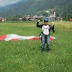 Succesvolle landing tijdens de paragliding cursus voor beginners